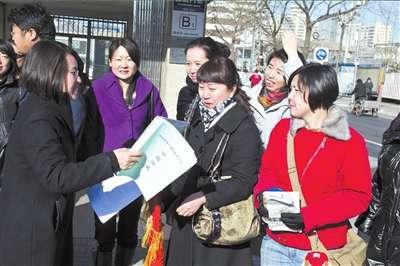"""一批外地来京家长到北京市教委""""上书"""",希望实现异地高考.(资图片"""