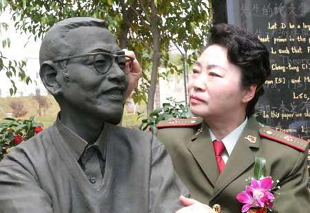 陈景润的夫人由昆女士在陈景润的铜像边.资料图    ...