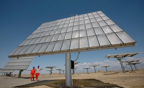 8月6日,新疆哈密石城子光伏园区弗光太阳能电站工作人员从高聚光太阳
