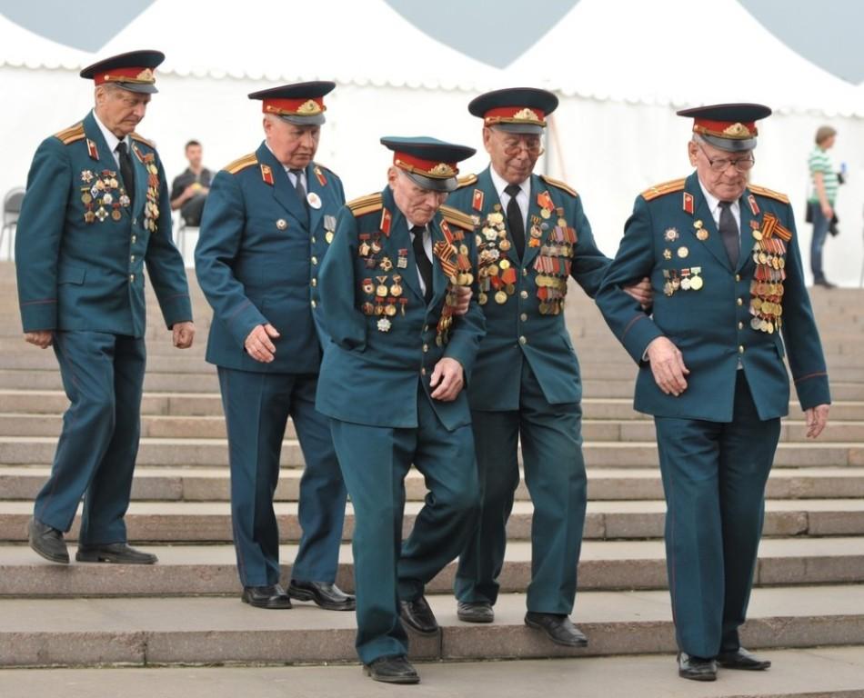 二战老兵,苏沃洛夫陆军学校和纳希莫夫海军学校的学员,退伍军人和社会