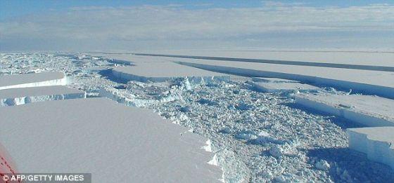 这是隐藏在南极洲2英里厚冰下地形的三维重造图,由雷达测量数据制作而成。      这是南极洲的冰冷景观。科学家说,数百万年前这里曾缓缓流淌着一条又宽又平稳的河流。      这项英国研究最早把该地区的基岩绘制成图。   中国低碳网讯科学家发现,一条很宽的平缓河流曾流经南极洲的冰冻荒地。一项新研究表明,3400万年前这块大陆被隐藏在2英里(约合3.