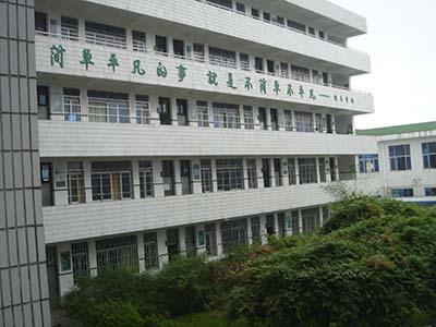 昆阳四中座落于昆阳镇临区街265号,前身临区中学创办于1987年,为图片