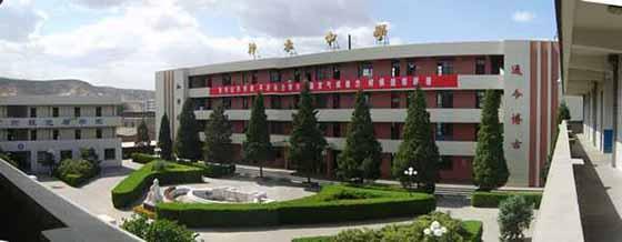 位于神木县城中心,属陕西省重点中学