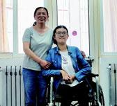"""青岛""""轮椅女孩""""带着妈妈来报到"""