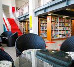 别人家大学的图书馆在水上 內景也很美